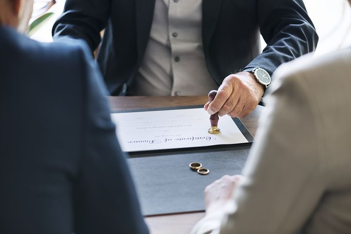 divorce lawyer in Sydney helping a couple separate legally